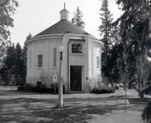 Front view of the building, 1986; Parks Canada/Parcs Canada, CIHB/IBHC, 1986.