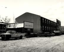 View of the east side of Lowe's Mortuary, 1987.; Agence Parcs Canada / Parks Canada Agency, 1987.