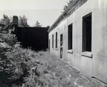 General view of the Range Finder Bunker, showing the use of strong, durable materials such as reinforced concrete and the lack of exterior ornamentation, 1995.; Parks Canada Agency / Agence Parcs Canada, I. Doull, 1995.