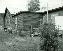 Side elevation of the N.W.M.P Married Officers' Quarters, showing the low-pitch gable roof, 1987.; Parks Canada Agency / Agence Parcs Canada, 1987.