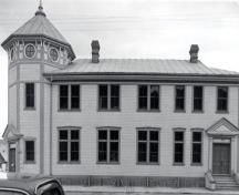View of the side of the Post Office, showing the building's exterior, which is modest but carefully detailed and its Classical design, in keeping with other Dawson City federal buildings, 1987.; Parks Canada Agency / Agence Parcs Canada, 1987.