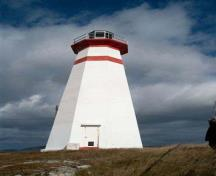 General view of Cape Ray Light Tower, showing the tapered, octagonal form of the light tower, 2004.; Departments of Fisheries and Oceans Canada / ministère des Pêches et des Océans, 2004.