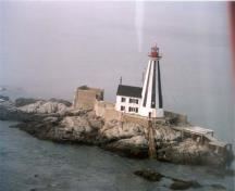 The Former Lightkeeper's Residence, showing the attached lighthouse, 1999.; Canadian Coast Guard / Garde côtière canadienne, 1999.