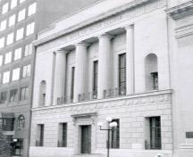 General view of the Bank of Nova Scotia, showing its four freestanding columns and its capping cornice, 1985.; Agence Parcs Canada / Parks Canada Agency, 1985.