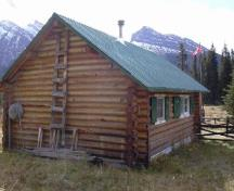 View of the exterior of Brazeau Warden Cabin, showing the use of natural and rustic finishes including horizontally laid peeled log walls, 2005.; Parks Canada Agency / Agence Parcs Canada, 2005.