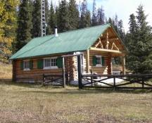 General view of Brazeau Warden Cabin, showing its Rustic aesthetic, as expressed by the use of locally available materials such as wood, 2005.; Parks Canada Agency / Agence Parcs Canada, 2005.