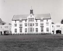 General view of the Yeo Hall Mess Building, 1990.; Department of National Defence / Ministère de la Défense nationale, KNB-89-355-8, N0.027, 1990.