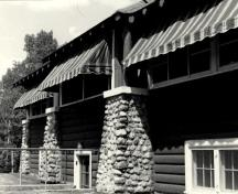 View of the front verandah at the Golf Clubhouse (B7), 1984.; Agence Parcs Canada / Parks Canada Agency, 1984.