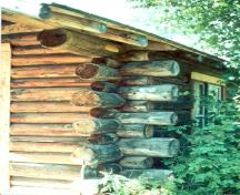 View of Grey Owl's Cabin, showing its natural peeled logs.; Agence Parcs Canada / Parks Canada Agency