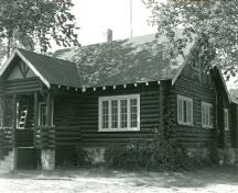 General view of the Whirlpool Wardens' Residence, showing its projecting front porch to the left, 1984.; Agence Parcs Canada / Parks Canada Agency, 1984.