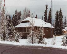 View of the Warden's Residence, showing the enclosed sun porch projecting on the front, 1992.; Parc national du Canada Banff / Banff National Park of Canada, 1992.