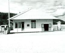 General view of the BYN Ticket Office, showing the low, single storey massing of the hipped roof structure, 1987.; Environnement Canada / Environment Canada, 1987.