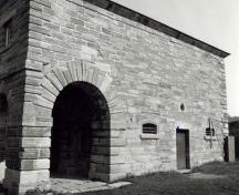 Detailed view of the Guardhouse, showing the masonry walls, constructed of cut stone laid in a very carefully designed arrangement.; Parks Canada Agency / Agence Parcs Canada.