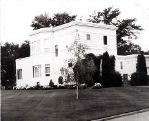 Corner view of the Superintendent's Residence, ca. 1990.; Agriculture and Agri-Food Canada\Agriculture and Agroalimentaire Canada, ca. 1990.
