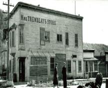 Vue en angle du magasin de Mme Tremblay, qui montre le lettrage en bois en saille qui indique 'Mme Tremblay's Store', 1948.; Library and Archives Canada / Bibliothèque et Archives Canada, 1948.
