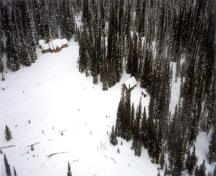 Aerial view of the Stanley Mitchell Alpine Hut, showing the unchanged historical relationship of the building to its alpine meadow site, 1998.; Agence Parcs Canada\Parks Canada Agency, 1998.
