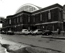Rear view of the Fort York Armoury, showing the two-storey vaulted parabolic roof of the drill hall, 1985.; Ministère de la Défense nationale / Department of National Defence, 1985.