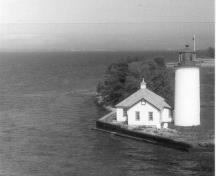 The Nine Mile Point Lighthouse with a view of Lake Ontario, 1986.; Department of Transport/Ministère des Transports, 1986.