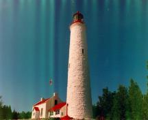 General view of the Tower, showing its whitewash finish, 1990.; Canadian Coast Guard / Garde côtière canadienne, 1990.