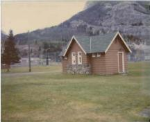 General view of Comfort Station 1, showing the cross-gable roof and the use of horizontal tapered wood siding for the walls, 1990.; Parks Canada Agency / Agence Parcs Canada, 1990.
