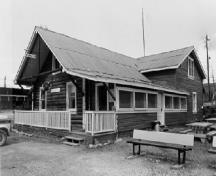View of the General Manager's House, showing the overhanging gable roof supported on wood brackets, 1988.; Agence Parcs Canada / Parks Canada Agency, 1988.