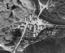 Aerial view of the Bear Creek Compound, 1988.; Department of Energy, Mines and Resources / Ministère de l'Énergie, des Mines et des Ressources , 1988.