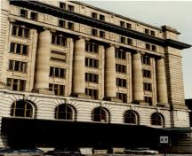 View of the Customs House, showing the eight-storey massing with classical Beaux-Arts tripartite composition of base, columns and entablature, 1989.; Ministère des Travaux publics / Department of Public Works, 1989.