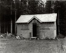 General view of the Fortune Warden Cabin, 1990.; Agence Parcs Canada / Parks Canada Agency, 1990.