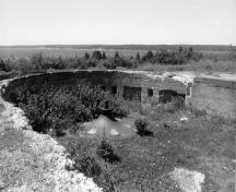 General view of the Gun Emplacements at Fort McNab, showing the low profile, reinforced, partly subterranean concrete structure of functional, utilitarian design, 1996.; Agence Parcs Canada / Parks Canada Agency, I. Doull, 1996.