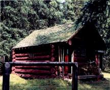 Corner view of the Cuthead Warden Cabin, showing its round log wood construction, 1996.; Parks Canada Agency / Agence Parcs Canada, 1996