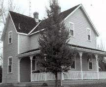 General view of the Lockmaster's House, showing the regular placement of the windows and doors on both floors, 1990.; Parks Canada Agency / Agence Parcs Canada, De Jonge, 1990.