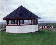 View of the Picnic Shelter Pavilion, showing the horizontally-lain wood siding and the ribbons of windows, 1996.; Agence Parcs Canada / Parks Canada Agency, 1996.