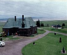 General view of Fort Beauséjour Museum with the Picnic Shelter Pavilion and Picnic Shelter Logde in the background, 1996.; Agence Parcs Canada / Parks Canada Agency, 1996.