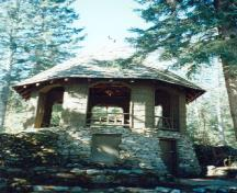 General view of the Devonian Pavilion showing its field stone basement, 1997.; Agence Parcs Canada / Parks Canada Agency, 1997.