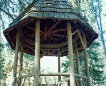 Detail of the Rustic Lookout Pavilion,showing its roof finish of hand-split cedar shakes and the acorn ornament on the center post, 1997.; Parks Canada Agency / Agence Parcs Canada, 1997.