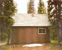 Side view of the Camp Parker Warden Cabin.; Agence Parcs Canada / Parks Canada Agency, 1996.