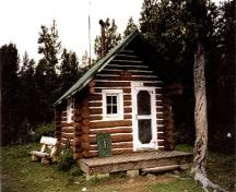 Front elevation of the Fourpoint Warden Cabin, showing the gable roof with chimney, 1996.; Parks Canada Agency / Agence Parcs Canada, 1996