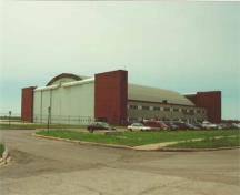 Corner view of Hangar 14, depicting the east elevation on the left, and the north elevation on the right, 2001.; Agence Parcs Canada / Parks Canada Agency, E. Tumak, 2001.