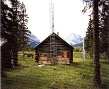 General view of the Rocky Forks Warden Cabin, showing its siting within Jasper National Park.; Agence Parcs Canada / Parks Canada Agency, 1996.