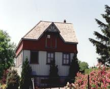View of the side of the Potting Shed, showing the scale, proportions, form and cedar shingled roof, 1995.; Parks Canada Agency / Agence Parcs Canada, 1995.