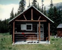 View of the main entrance to Hoodoo Warden Cabin, showing the open porch projecting from the front, 1997.; Parks Canada Agency / Agence Parcs Canada, 1997.