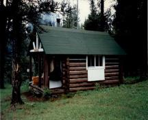 Corner view of the Little Heaven Warden Patrol Cabin, 1997.; Agence Parcs Canada / Parks Canada Agency, 1997.