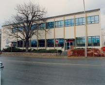 View of the main entrance to the Vernon Federal Building, showing the south façade on 32nd Avenue, 1994.; Parks Canada Agency/ Agence Parcs Canada, 1994.