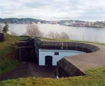 View of left gun emplacement of Lower Battery, 1997; Agence Parcs Canada / Parks Canada Agency, J. Mattie, 1997.