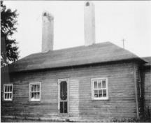 View of the Officers' Quarters, showing their appearance in the 1920s.; Agence Parcs Canada / Parks Canada Agency