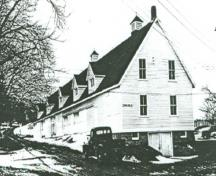 General view of Building 16, showing the small scale of the building, the low, shingled, gable roof, and the small windows and clapboard siding, 1948.; Department of Agriculture / Ministère de l'Agriculture, 1948.
