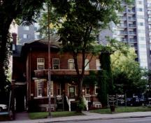Façade of Louis S. St-Laurent House, showing the symmetrically placed façade openings, and the oriel and sash windows with small panes in their upper sections, 2000.; Christine Chartré, Parks Canada Agency / Agence Parcs Canada, 2000.