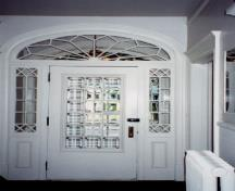 Interior view of Louis S. St-Laurent House, showing the main entrance with a fanlight transom and glass sidelights, 2000.; Christine Chartré, Parks Canada Agency / Agence Parcs Canada, 2000.