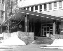 General view of the Geological Survey of Canada Building, showing the one-storey main entrance of horizontal and vertical slabs filled with glass, 1994.; Parks Canada Agency / Agence Parcs Canada, Graham, 1994.