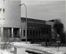 Façade of the Surveys and Mapping Building, showing the larger vertical windows of the library wing, 1994.; Parks Canada Agency / Agence Parcs Canada, 1994.